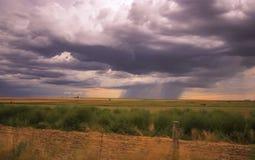 As nuvens de tempestade constroem sobre a pradaria imagem de stock