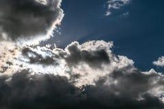 As nuvens de tempestade e as nuvens obscurecem o sol Fotos de Stock Royalty Free