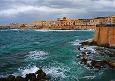 As nuvens de tempestade moveram-se sobre a ilha de Ortigia em Siracusa, Sicil foto de stock