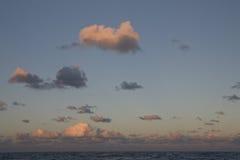 As nuvens de Tradewind sobre o Pacífico iluminaram-se pelo por do sol Foto de Stock