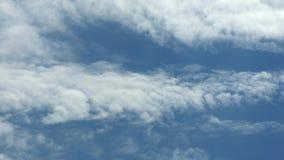 As nuvens do lapso de tempo, nuvem inchado de rolamento est?o movendo-se, o lapso de tempo branco das nuvens dos lightnes Ultra n filme