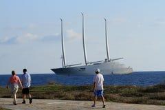 As nuvens do mastro da onda do mar do navio do veleiro costeiam o projeto imagem de stock