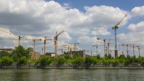 As nuvens do verão e o construcrion múltiplo cranes o hyperlapse largo da lente 4K video estoque