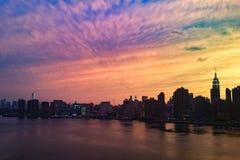 As nuvens dramáticas como o sol ajustam-se sobre New York City fotografia de stock royalty free
