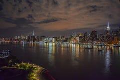 As nuvens dramáticas como o sol ajustam-se sobre New York City fotografia de stock
