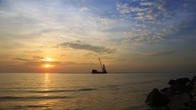 As nuvens e o céu antes do por do sol no beira-mar de Bangpu, o Golfo da Tailândia com navios de carga navegam perto em tempos da Imagens de Stock Royalty Free