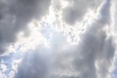 As nuvens e o sol brilham através dos raios de luz no p iluminado imagem de stock royalty free