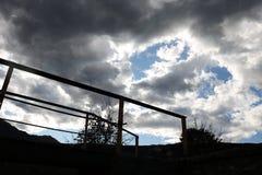 As nuvens escuras e brancas no céu ajardinam Imagem de Stock