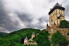 As nuvens escuras sobre Karlstejn fortificam, república checa Fotografia de Stock