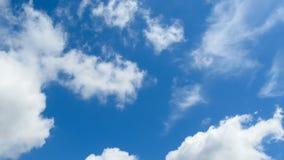 As nuvens estão movendo-se no céu azul Timelapse video estoque