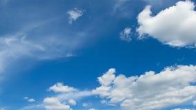 As nuvens estão movendo-se no céu azul Timelapse vídeos de arquivo