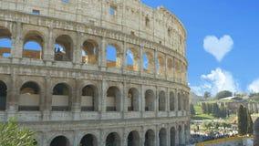 As nuvens formaram uma forma do coração no céu acima do Colosseum video estoque