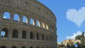 As nuvens formaram uma forma do cora??o no c?u acima do Colosseum vídeos de arquivo