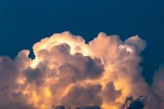 As nuvens iluminadas foto de stock