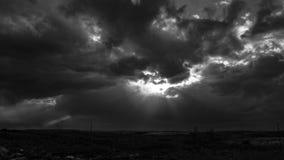 As nuvens iluminam e expõem ao sol preto e branco filme