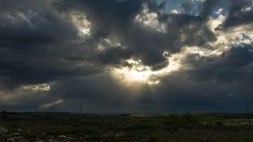 As nuvens iluminam-se e Sun video estoque