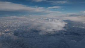 As nuvens lindos da qualidade documentável muito de uma alta altitude dispararam de cima de vídeos de arquivo