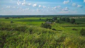 As nuvens macias do ar do lapso de tempo movem-se rapidamente sobre os campos verdes chiques vídeos de arquivo