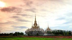 As nuvens movem-se ou correndo sobre o templo tailandês de buddha video estoque