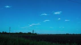 As nuvens no céu, campo rural araram o vento do sol das nuvens da agricultura da árvore da natureza do período de tempo do poder  filme