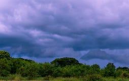 As nuvens obscuras do céu olham terríveis e frias Imagem de Stock