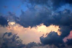 As nuvens pitorescas estão no céu Fotografia de Stock