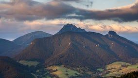 As nuvens que movem-se rapidamente sobre montanhas ajardinam no lapso de tempo do nascer do sol da manhã do verão video estoque
