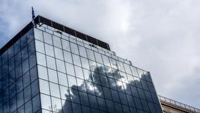 As nuvens refletem no lado da construção vídeos de arquivo