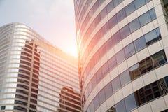 As nuvens refletiram nas janelas da construção de escritório para negócios moderna Fotografia de Stock