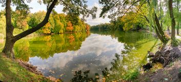 As nuvens são refletidas no lago no outono Foto de Stock Royalty Free
