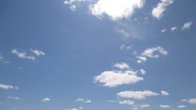 As nuvens são um flutuador tão bonito fascinante do espetáculo fotografia de stock royalty free