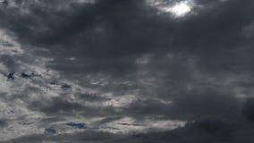 As nuvens sinistras do fundo da natureza do lapso de tempo derivam lentamente através do céu, ameaçando a chuva vídeos de arquivo
