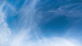 As nuvens sinistras do fundo da natureza do lapso de tempo derivam lentamente atrav?s do c?u, amea?ando a chuva vídeos de arquivo