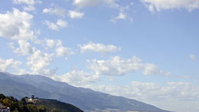 As nuvens voam sobre montanhas e a fortaleza medieval filme