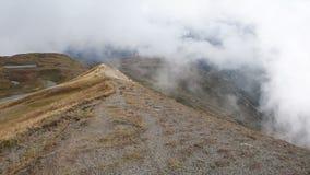 As nuvens voam sobre o cume do Cáucaso perto dos lagos Koruldi Svaneti superior, Mestia perto da passagem de Ushba Geórgia, Europ filme