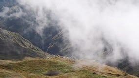 As nuvens voam sobre o cume do Cáucaso perto dos lagos Koruldi Svaneti superior, Mestia perto da passagem de Ushba Geórgia, Europ vídeos de arquivo