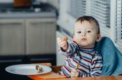 As ofertas da criança a comer Fotografia de Stock Royalty Free