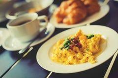 As omeletas, café da manhã serviram com café e croissant fotografia de stock