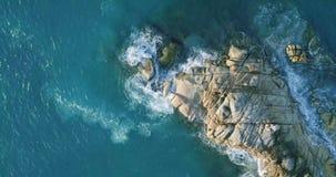 As ondas aéreas da opinião da rotação quebram na praia da ilha no por do sol Ondas do mar no zangão bonito 4k Anse Lazio Bea da o filme