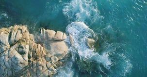 As ondas aéreas da opinião da rotação quebram na praia da ilha no por do sol Ondas do mar no zangão bonito 4k Anse Lazio Bea da o video estoque
