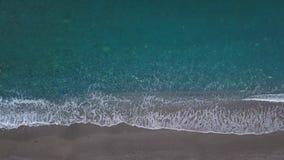 As ondas aéreas da vista superior quebram no mar vazio de Pebble Beach da opinião de olho de pássaro filme