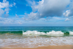 As ondas amáveis pequenas brancas na areia idillic encalham Foto de Stock