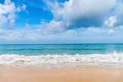 As ondas amáveis pequenas brancas na areia idillic encalham Fotografia de Stock Royalty Free
