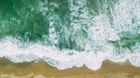 As ondas aproximam a praia Areia amarela e água verde fotografia de stock royalty free