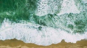 As ondas aproximam a praia Areia amarela e água verde fotografia de stock