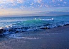 As ondas azuis da ilha com a reflexão do nascer do sol trazem uma vista colorida a Boca Raton Beach Fotos de Stock