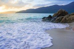 As ondas batem a costa e balançam-na Imagem de Stock Royalty Free
