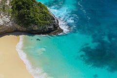 As ondas batem a linha costeira com as areias brancas na praia de Klingking, Nusa Penida, Bali Imagem de Stock