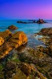 As ondas batem rochas durante o por do sol imagem para conter o foco macio fotografia de stock royalty free