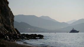 As ondas bateram nas rochas Mar do verão No caso dos flutuadores do barco Esboços das rochas vídeos de arquivo